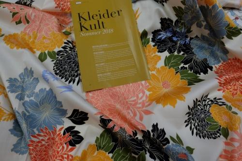 Bezeichnung/Material:Baumwollsatin mit größeren Blüten, ideal für Blusen oder leichte Sommerkleider, 140 cm brt. Preis auf Anfrage.